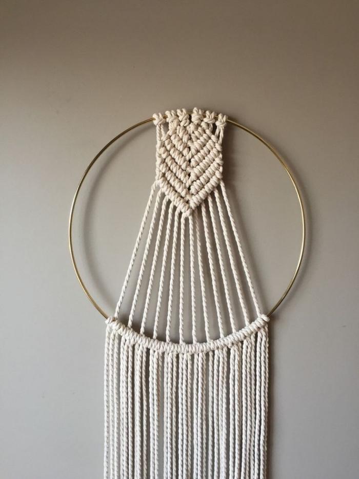 modèle de création facile en noeuds macramé, idée comment décorer les murs dans un salon en peinture taupe