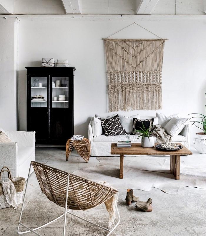 exemple design intérieur en style bohème et minimaliste avec meubles de bois et blanc, modèle de macramé suspension murale DIY