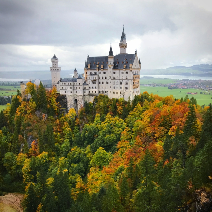 château blanc, forêt bigarrée, ciel d'automne, jolie paysage panoramique