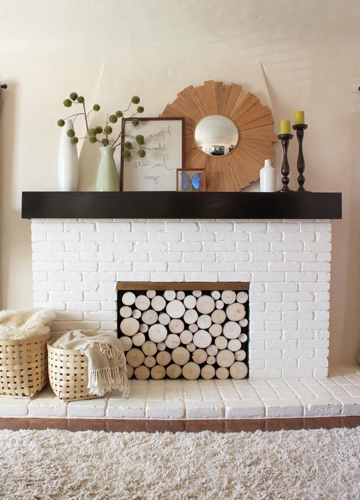 jolie décoration bois et blanc, paniers rustiques, miroir décoratif, vases blancs