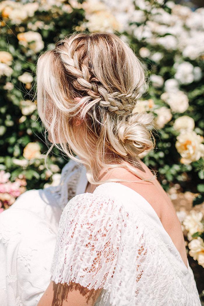 Head band tresse collée et chignon bas sur cheveux blonds balayage, idée coiffure mariage bohème, coiffure coiffée décoiffée