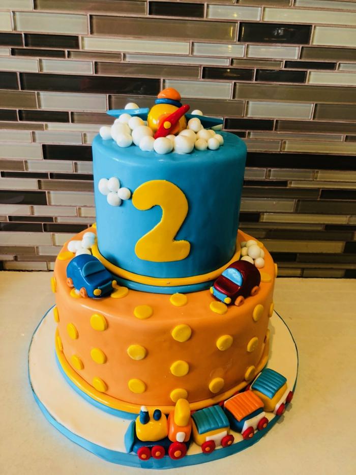 gateau anniversaire garçon deux étages, figurines de voitures, gateau pour garçon deux ans