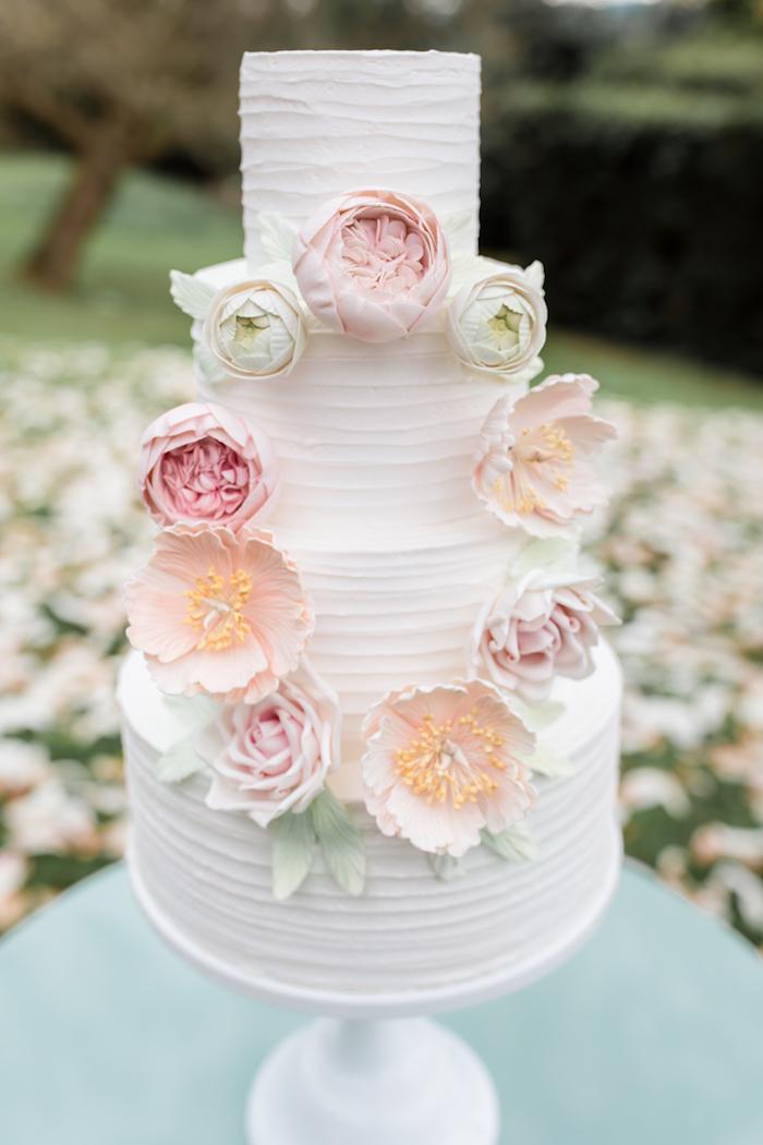 Image de gateau wedding cake avec couronne de fleurs à pate a sucre, mariage sujet, gateau mariage simple les mariés