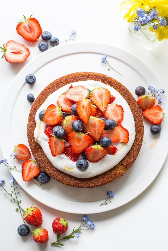 Recette gateau leger et moelleux, idée comment faire un dessert diététique goûteux avec crème de yaourt et fraises et myrtilles