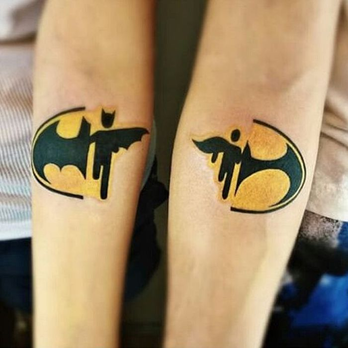 Batman tatouage infini qui se complete avec la main de l'autre, tatouage complémentaire batman et batgirl, tatouage amour et fidelite