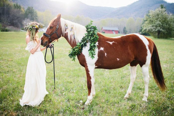Mariage coiffure decoiffee messy bun, mariage cheveux mi long, coiffure mariage bohème beauté, couronne de fleurs