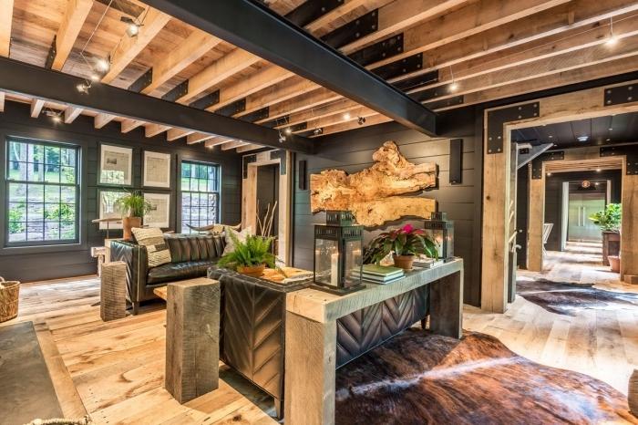 exemple de déco rustique et industriel en bois et noir dans une maison spacieuse, modèle de plafond avec poutres noires et en bois