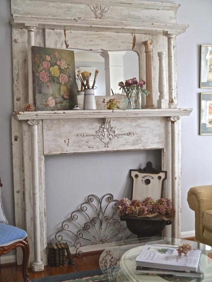 cheminée décorative fabriquée à partir de vieux meubles, déco avec simples objets, peinture et fleurs