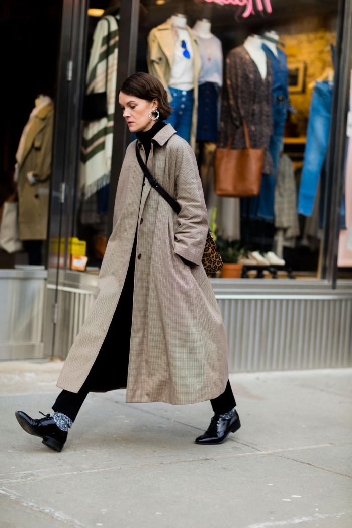 comment porter les derbies noris avec un pantalon noir et un manteau long en beige, idée chaussures à petits talons