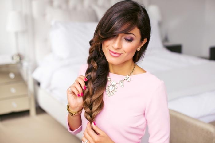 exemple de grosse double natte de côté sur cheveux longs avec frange longue de côté, idée coiffure facile en cheveux attachés
