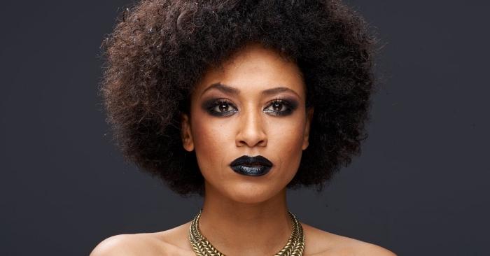comment styliser la coupe courte cheveux frisés, exemple de coiffure blow out sur carré bouclé, maquillage foncé pour visage bronzé ou mate