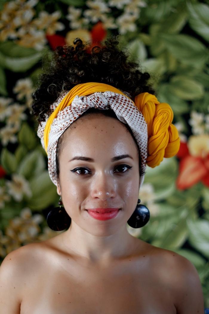 comment réaliser une coiffure de cheveux longs crépus avec foulard ou bandana, modèle de coiffure cheveux attachés en queue haut de style afro puff