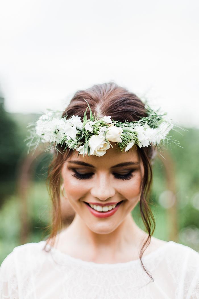 Beauté féminine coiffure mariage boheme, coiffure mariage cheveux mi long idée pour l'été, couronne de fleurs