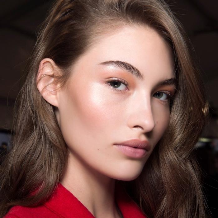 joli maquillage naturel avec illuminateur de nuance rose pâle sur les jours, maquillage pour yeux naturel avec fards à paupières orange
