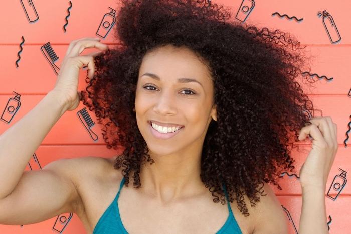 coiffure de style blow out sur cheveux longs crépus, idée maquillage nude pour peau bronzé ou mate, comment styliser les cheveux frisés