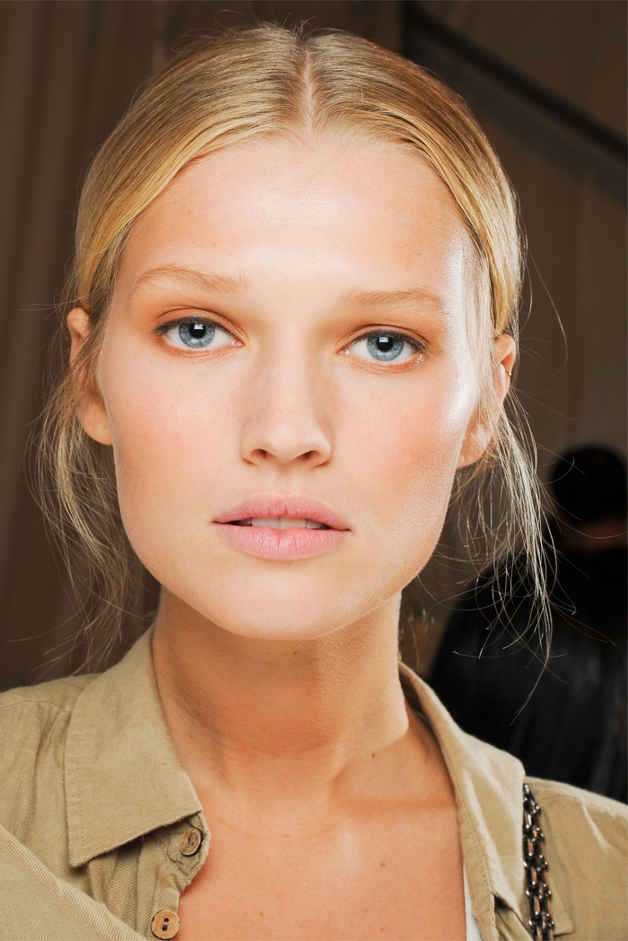 technique de contouring tendance, maquillage avec poudre rose pâle et fond de teint de base claire, idée maquillage pour cheveux blonds et yeux bleus