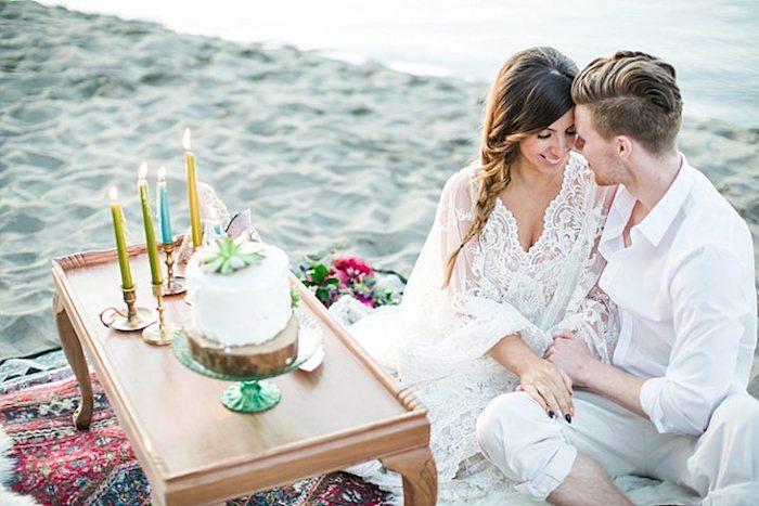 Mariage sur la plage avec très peu d'invites, beau gateau simple en crème blanche décoré de fleur vert, image de gateau chef d'oeuvre, art figurines pate a sucre
