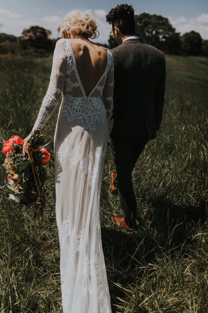 ce modèle de robe de mariée manche longue à décolleté dos plongeant joue sur l'effet de transparence