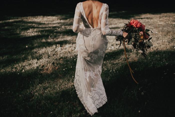 robe de mariée bohème en dentelle, à manches longues transparentes et à dos décolleté à bord ornementé
