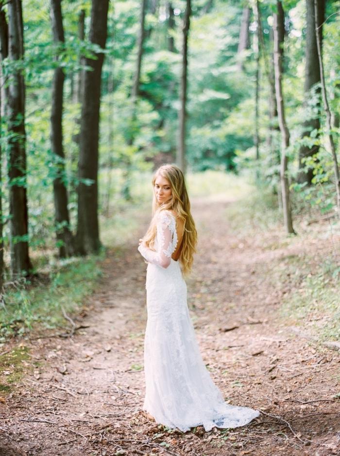 une robe de mariée manche longue élégante et chic qui joue sur la simplicité de la coupe fluide et les détails inattendus comme ce dos décolleté sensuelle