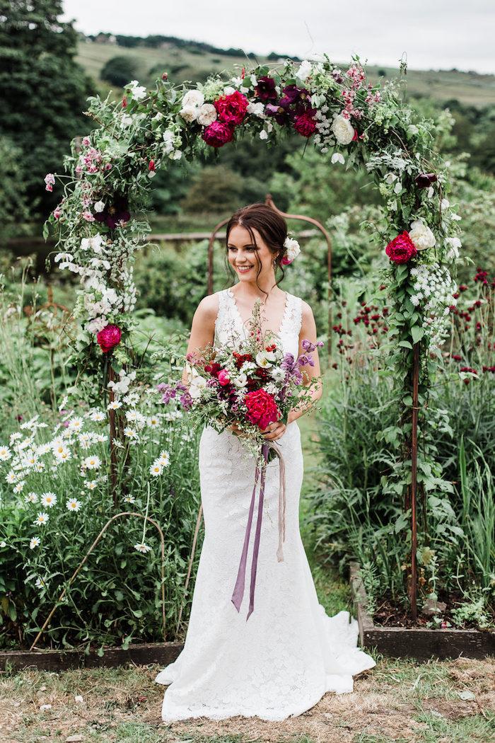Chic coiffure bohème decoiffee, coiffure mariage cheveux mi long ou long, femme coiffure mariage, arche fleurie, bouquet de mariée de fleurs champêtre coloré