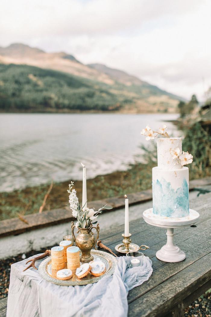 Gateau au chocolat mariage en pâte à sucre blanc peinte en bleu à la base, gateau wedding cake, idée gateau de mariage original fruits et fleurs