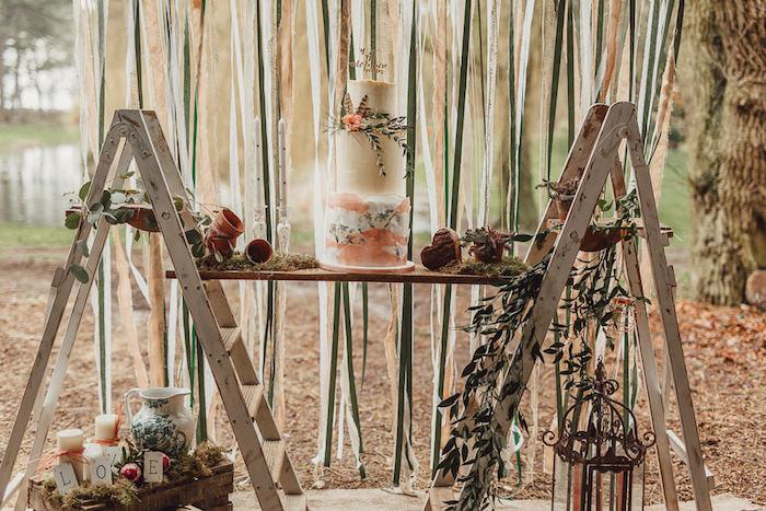 Gâteau mariage à choisir, le plus beau gateau du monde, gateau mariage original, mariage boheme chic, deux echelles de rangement pour le gateai