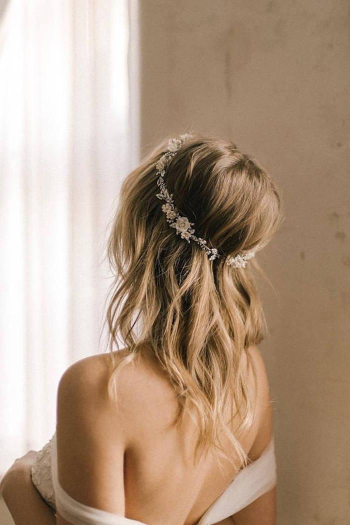 Mariage bohème chic, coiffure de mariee pour le jour j, coiffure mariage bohème femme jolie dos, couronne fleurie bijou accessoire de cheveux mariage
