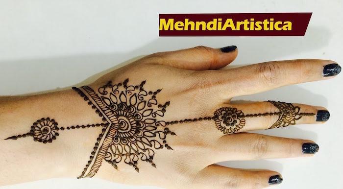 dessin henné main sur poignet en ligne de l'avant bras au bout du doigt par mehndi
