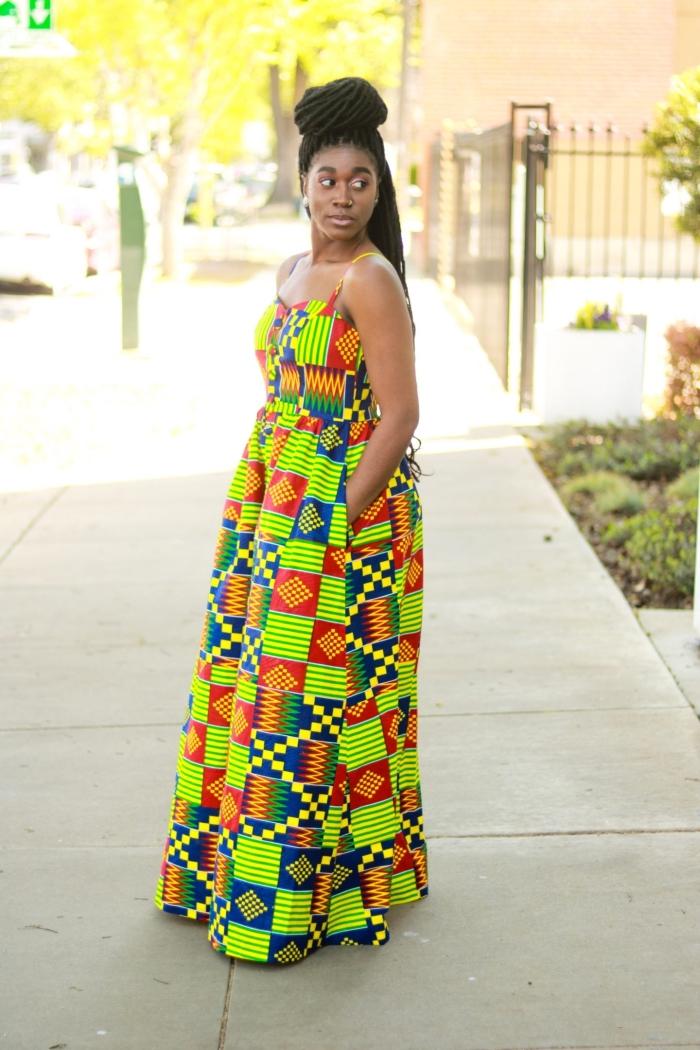 tenue wax aux motifs graphiques pétillants, look d'été en robe longue et fluide à bretelles fines