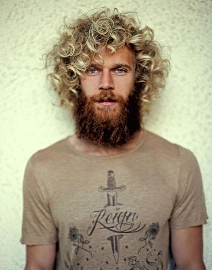 homme hipster avec longue barbe rousse et meches blondes sur cheveux longs bouclés