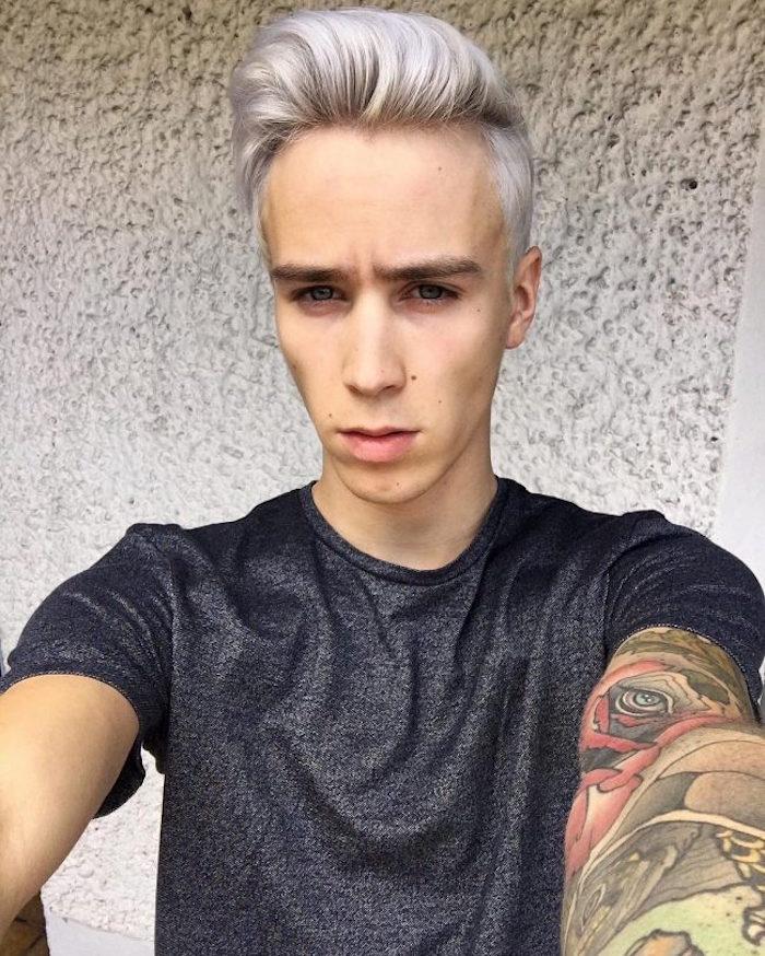 décoloration blond banc gris et mèche style coupe pompadour homme