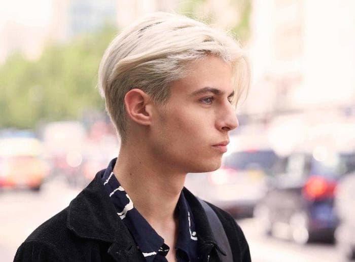 décoloration blonde homme sur coupe mi long en arriere et meche sur le devant