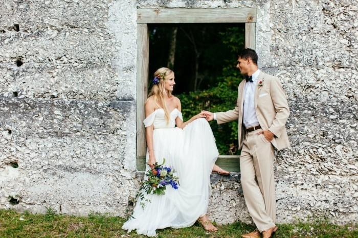 Cool idée hignon boheme coiffure mariage bohème dans un jardin, idée tenue et coiffure ensemble, robe de mariée simple à épaules dénudés et bustier