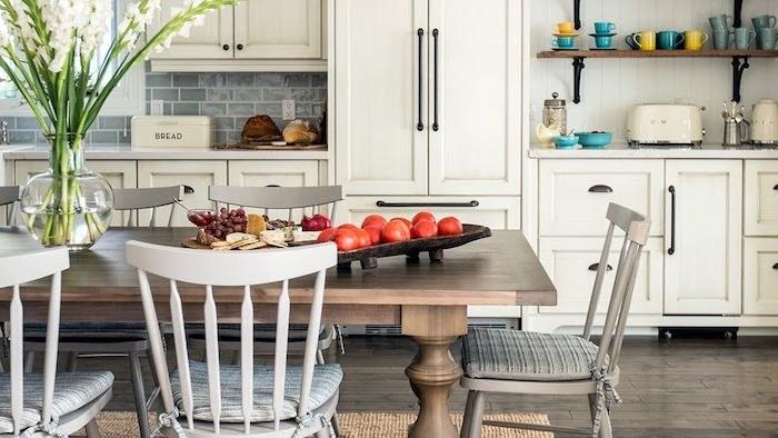 exemple de table bois, chaises bois grises et blanches, parquet bois gris clair, meuble cuisine blanc, étagères cuisine bois et métal, carrelage gris