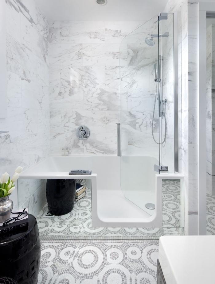 idée comment intégrer une baignoire douche dans petite salle de bain claire, modèle pièce blanche avec carrelage design mosaïque et marbre
