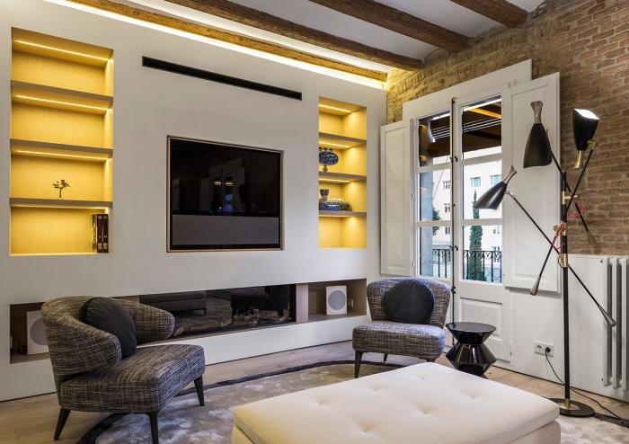 salon moderne avec rangement niche murale et plafond blanc à poutres massives de bois foncé, déco moderne et traditionnelle dans un salon