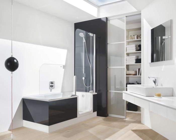 design intérieur moderne en blanc et noir avec carrelage à imitation bois clair, modèle rangement gain place vertical