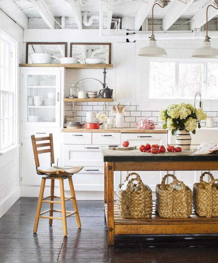 un ilot central table vintage industrielle, meuble récupéré et transformé en îlot de cuisine fonctionnel