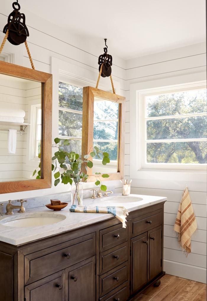 meuble shabby chic salle de bain en bois foncé avec marbre en top, double lavabo et miroirs avec encadrement noid