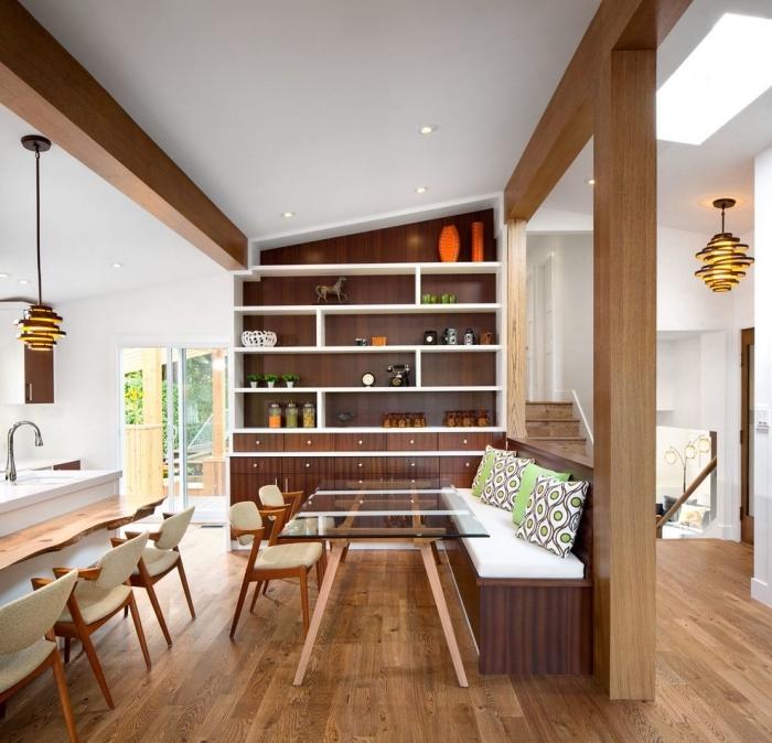 idée comment décorer une pièce blanche avec poutres de bois exposées sur les murs et le plafond, cuisine ouverte avec bar en bois brut