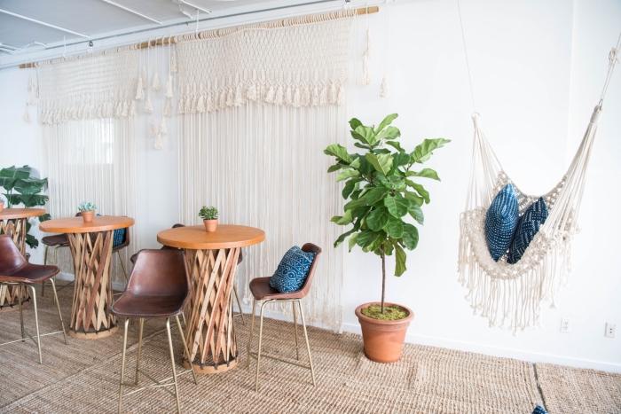 idée interieur de style bohème chic avec meubles de bois et suspension rideaux et chaise en macramé et tassels