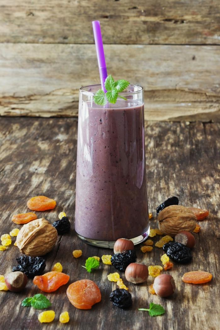 fruits séchés, paille lilas, verre de milkshake lilas, milkshake maison aux noix et aux fruits rouges