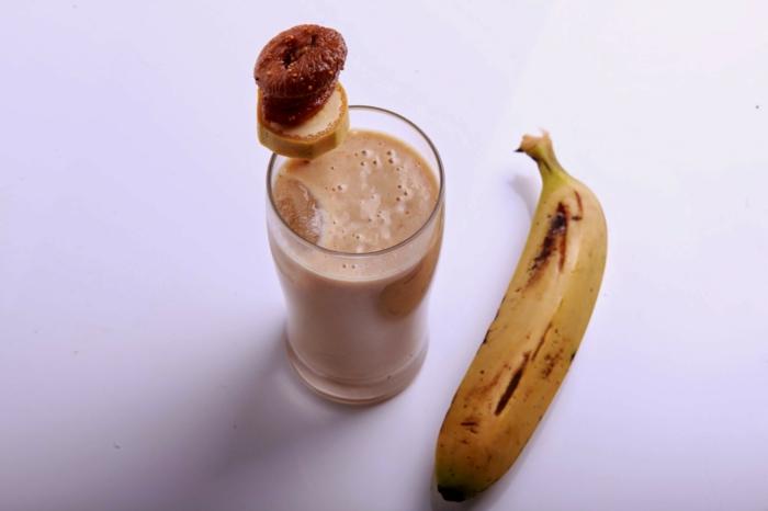 milkshake chocolat banane avec décoration sucrerie et tranche de banane, verre milkshake apétissant