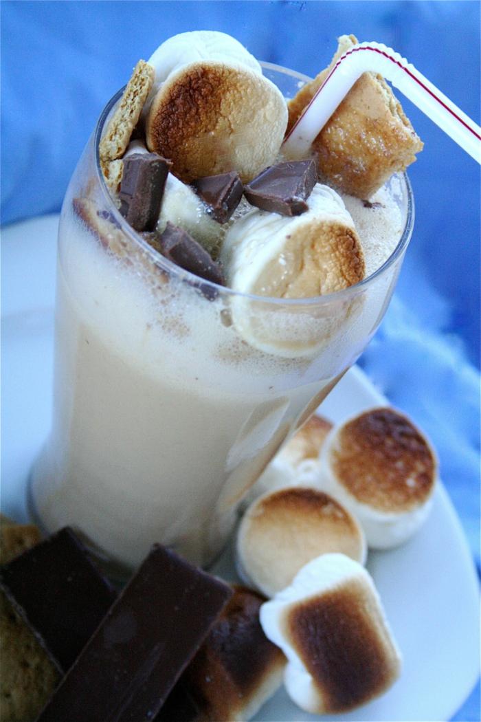 milkshake décoré de guimauves grillées à boire avec une paille blanche, recette de milkshake