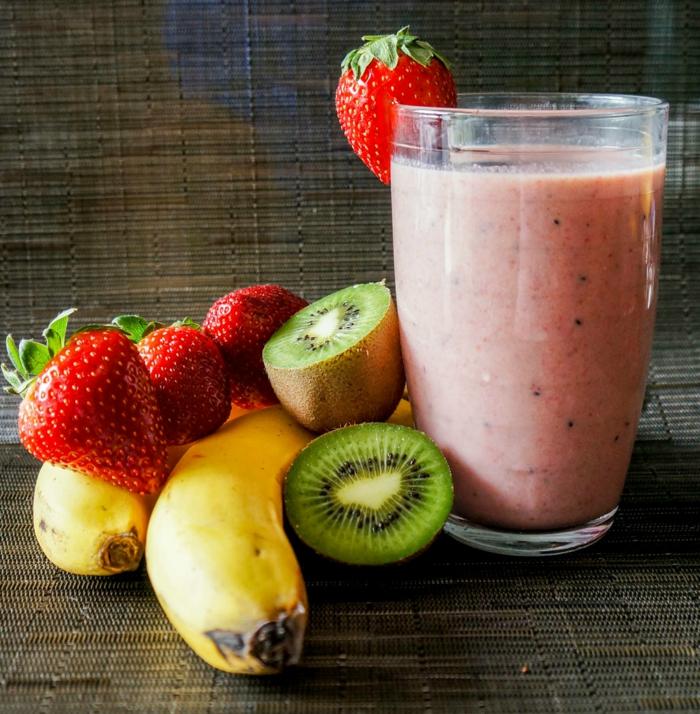 milkshake kiwi banane et fraise, jolie boisson enrichie de protéines et de vitamines