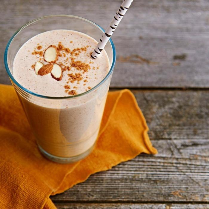 milkshake lait et amandes, tissu orange, amandes effilées, paille noir et blanc,