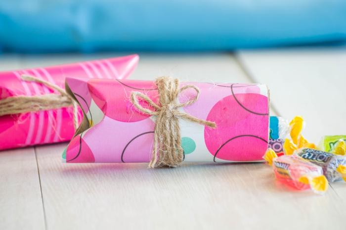 activité manuelle avec rouleau de papier toilette, des mini-boîtes cadeaux en papier recyclés nouées avec du fils de chanvre