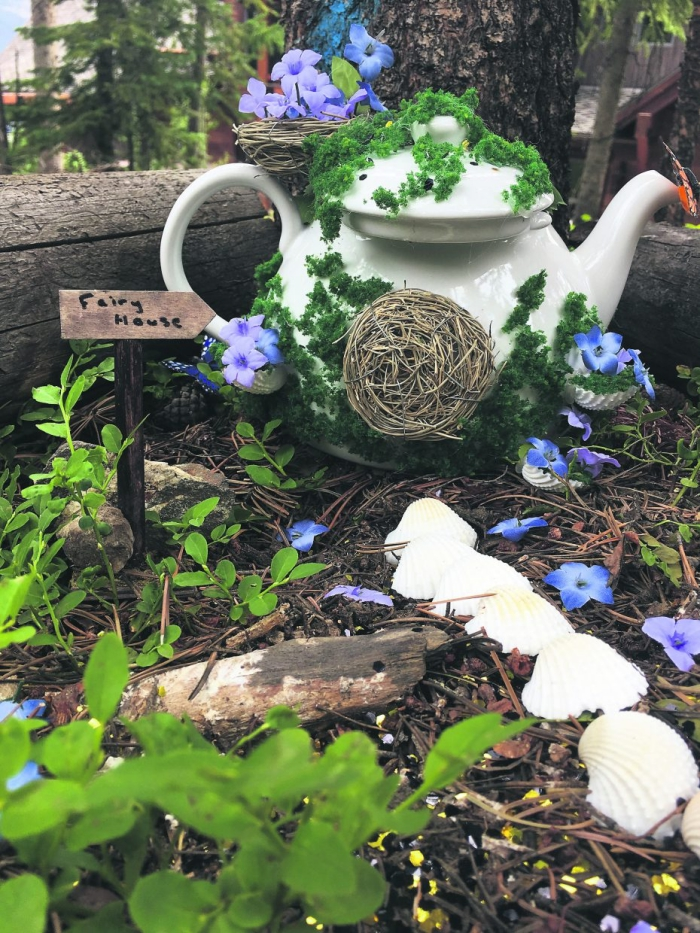 déco de jardin originale avec un objet détourné, une théière vintage détournée en mini-jardin de fée