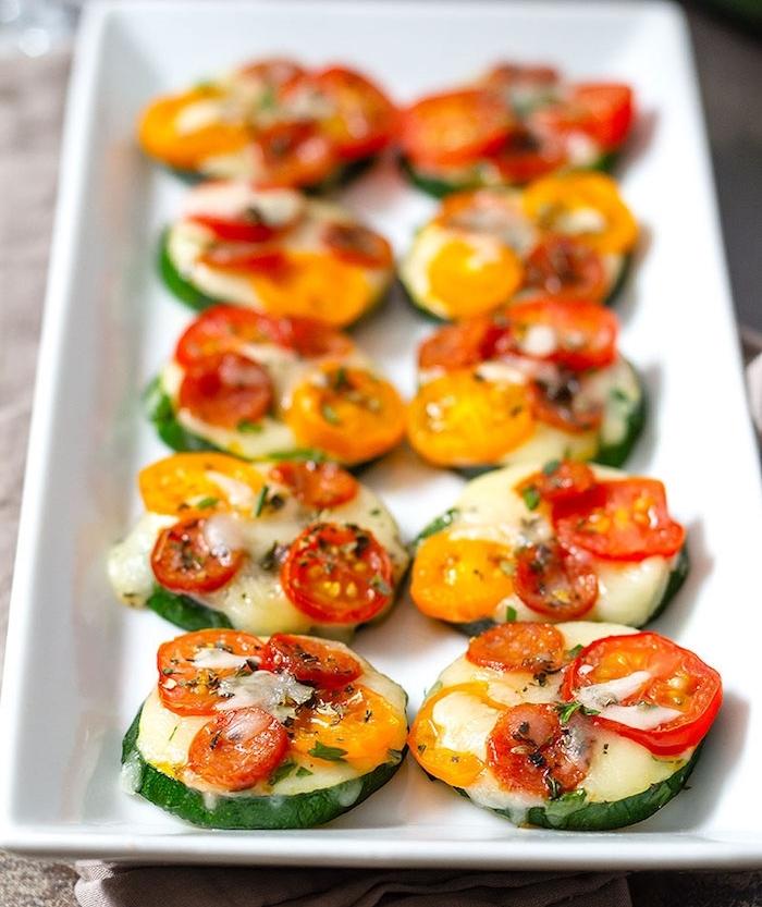 idée de petite pizza à la courgette et tomate cerise au fromage et herbes fraiches, amuse gueule apero simple